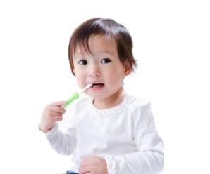 bebe escovando os dentes